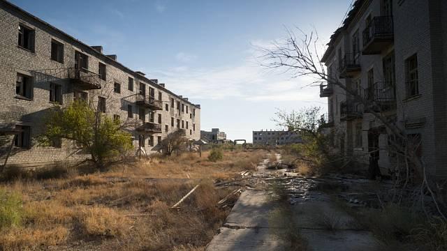 Mrtvých lidí a zvířat, kteří z nepochopitelných důvodů v okolí ostrova umírali, stále přibývalo