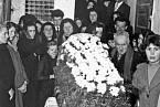 Pierina Morosini pohřeb 9. dubna 1957, u rakve se shromáždila její nejbližší rodina