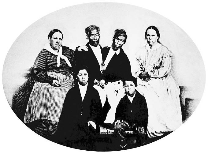 Chang a Eng Bunkerovi s manželkami a dvěma potomky