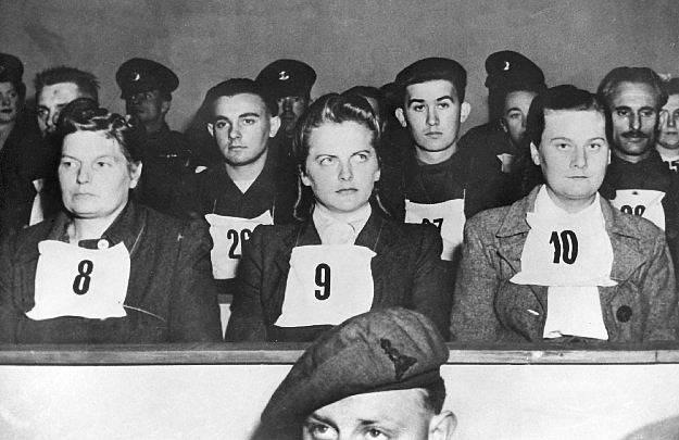 Irma Grese v průběhu procesu Bergen Belsen. Za zločiny proti lidskosti byla odsouzena k testu smrti oběšením.