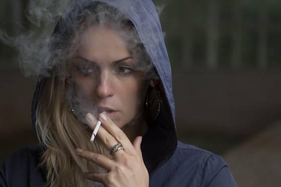 Kouření nehtům nesvědčí.