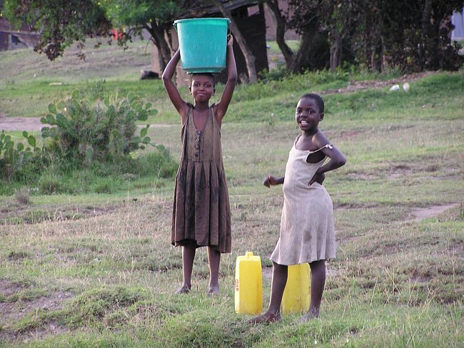 Nosit vodu pro celou domácnost je dětská práce a podle věku se řídí velikost kanystru nebo nádoby. Děti, které měly hodně mladších sourozenců a zdroj vody daleko, si stěžují, že strávily dětství chozením pro vodu.