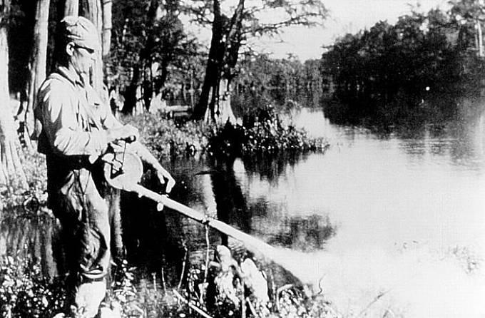 Rozprašování DDT v roce 1958 na břehu mokřadů v USA