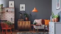 Oranžové detaily oživí interiér.