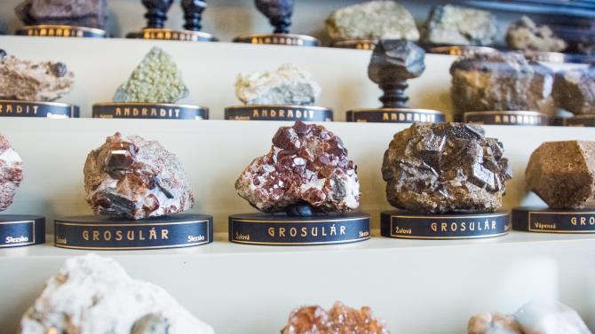 Exponáty zčásti expozice Sál minerálů
