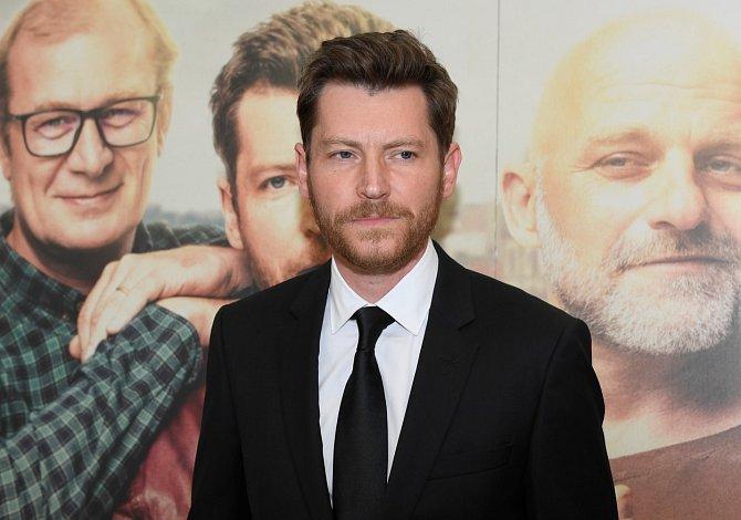 Režisér Hartl si pochvaloval, že má ve svém filmu hereckou extraligu. Jednoho ze čtveřice kamarádů nespokojených se svým životem hraje David Švehlík.