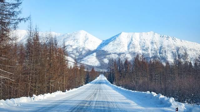 Cesta kostí v zimě připomíná skluzavku.