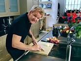 Gordon Ramsay krájí cibuli