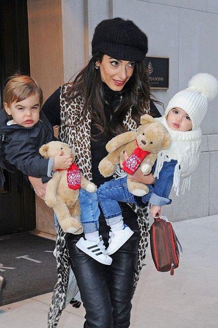 Děti dávají Amal zabrat.