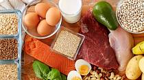 Některé potraviny do lednice nepatří, ale běžně je tam dáváme. Zbytečně tím zkracujeme jejich životnost.