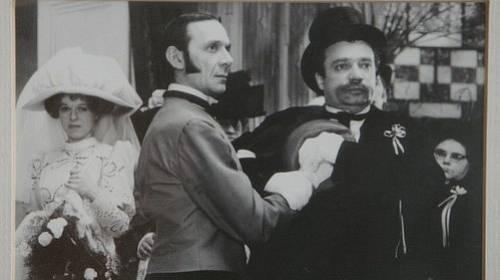 Komedie sází na rozpustilé kreace a konverzační humor tehdejší herecké elity