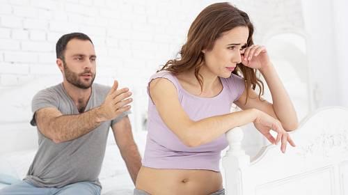 Během těhotenství zjistila, že manžel je zadlužený a má milenku.