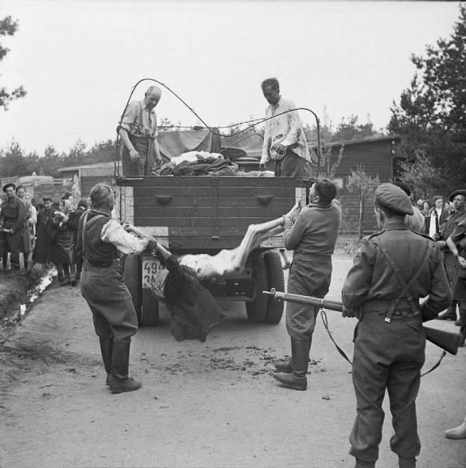 Osvobození Bergen Belsenu, nacističtí dozorci odklízeli mrtvá těla vězňů.
