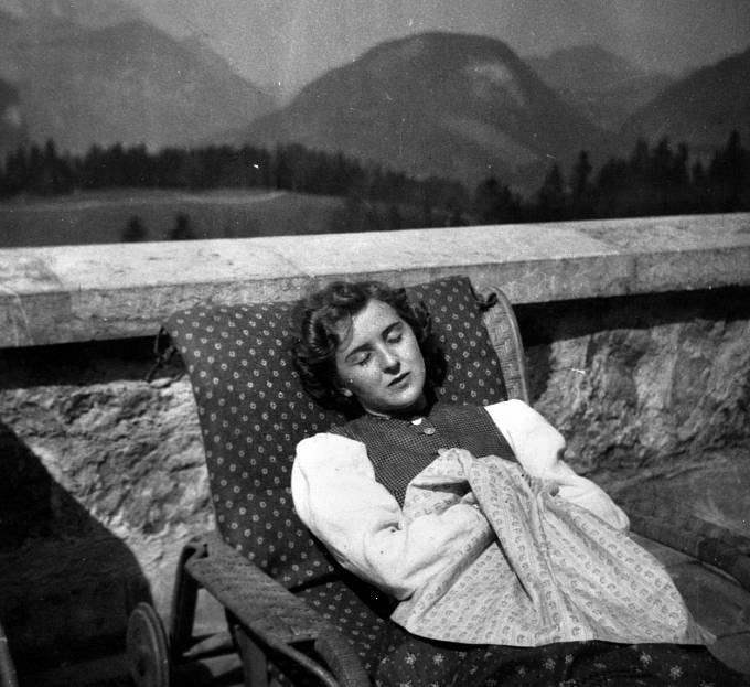 Eva Braunová nesměla s Hitlerem vystupovat na veřejnosti.