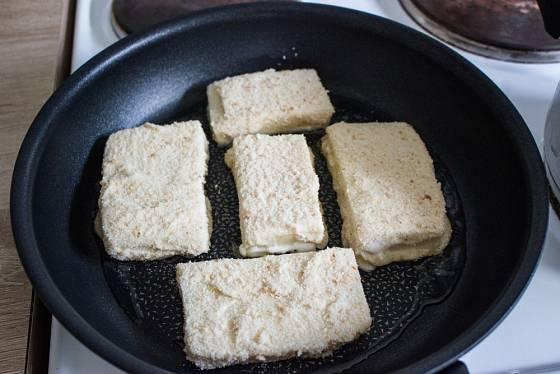 Smažený sýr obalujte pro jistotu dvakrát.