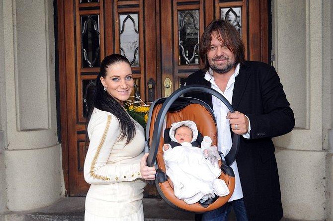 Andrea a Jiří při cestě z porodnice