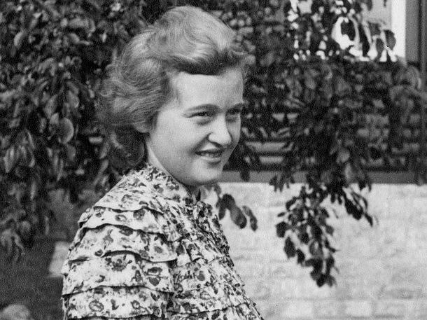 Ilse Koch, roz. Köhler. Málokdo by hledal za nevinným pohledem mladé ženy hrůzy, kterých se dopustila v Buchenwaldu.