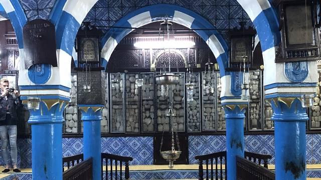 INTERIÉR synagogy El Ghriba je působivě provedený v kombinaci modrých kachlí a dřeva.