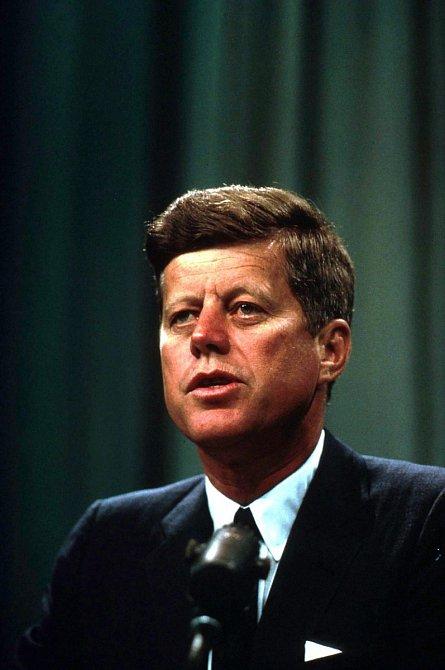 V její vraždě měl mít prsty prezident John Fitzgerald Kennedy a jeho bratr Bobby, kteří měli s herečkou poměr a báli se jeho prozrazení.