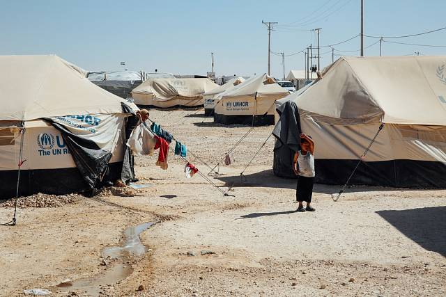 Podle komisaře je přibližně 57% tábora mladší osmnácti let a počet nezletilých i nadále roste