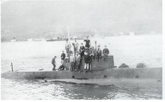 Ponorka U-12 vplouvá do přístavu v Pule