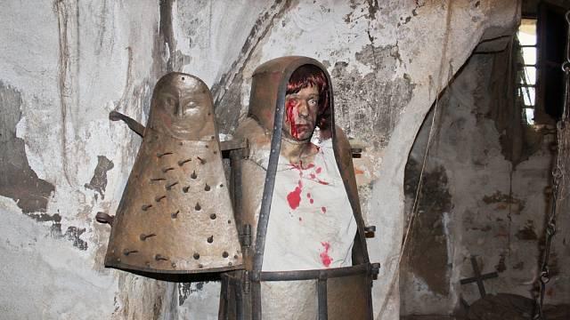 Expozice mučicích nástrojů na hradě Loket