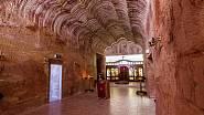Městečko v severní části jižní Austrálie, se stalo slavným nejen svými podzemními domy, ale také nálezem opálů