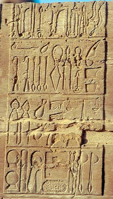 Lékařské nástroje starověkého Egypta (kostní pila, nože, skalpely, retraktor, měřidla a váhy, nástroje na léčbu zubů).