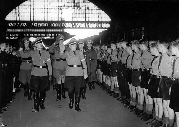 Hitlerjugend vítá delegaci nacistů.
