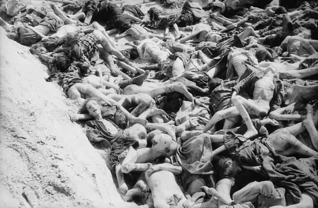 Hromadný hrob v Bergen-Belsenu při jeho osvobození dne 15. dubna 1945.