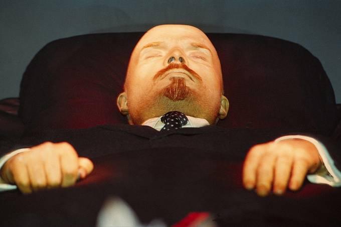 Lenin dnes připomíná voskovou figurínu.
