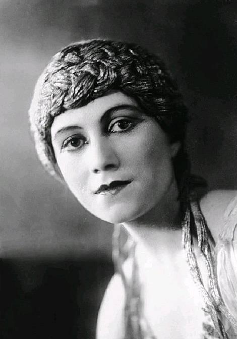 Olga Khochlova, první manželka Pabla Picassa. Olga se stala jeho další múzou a matkou syna Paula (Paolo).