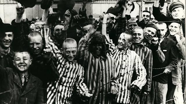 Osvobození vězni vítají Rudou armádu