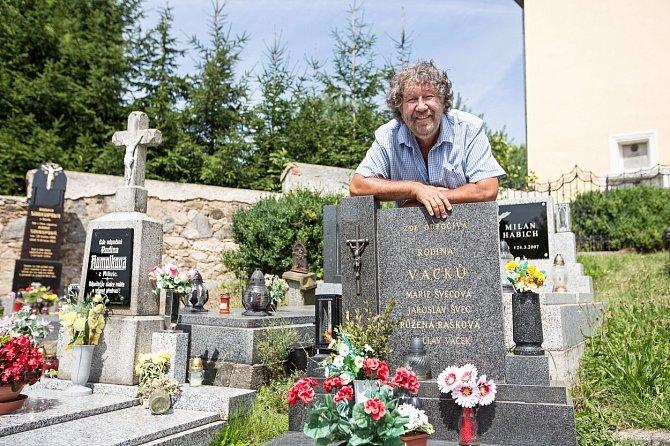 Zdeněk Troška u hrobu Marie Švecové, alias drbny Kelišky