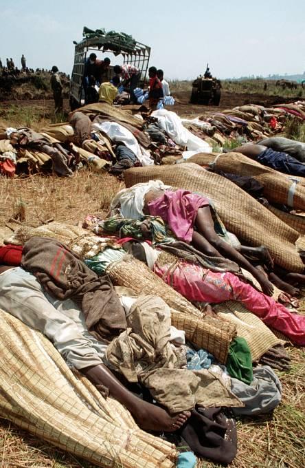 Rwanda, 1994. Z nedostatku pitné vody a jídla zemřelo při vypuknutí cholery v uprchlických táborech až 50 000 lidí.