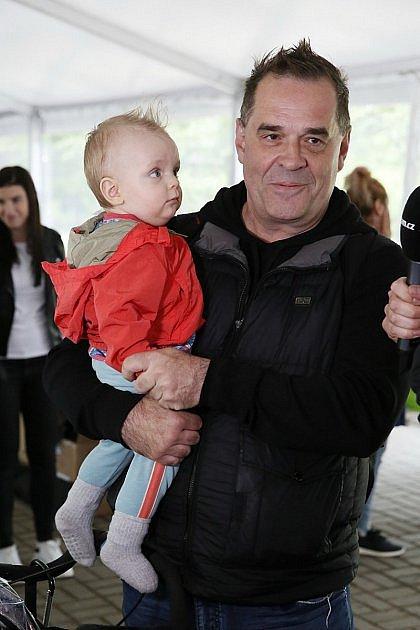 Miroslav Etzler se svým nejmladším synem Samuelem.