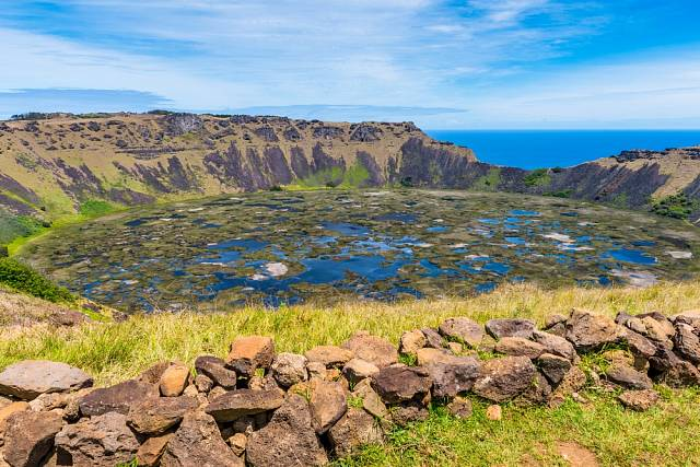 Pohled na sopku Rano Kau, Velikonoční ostrov v Chile