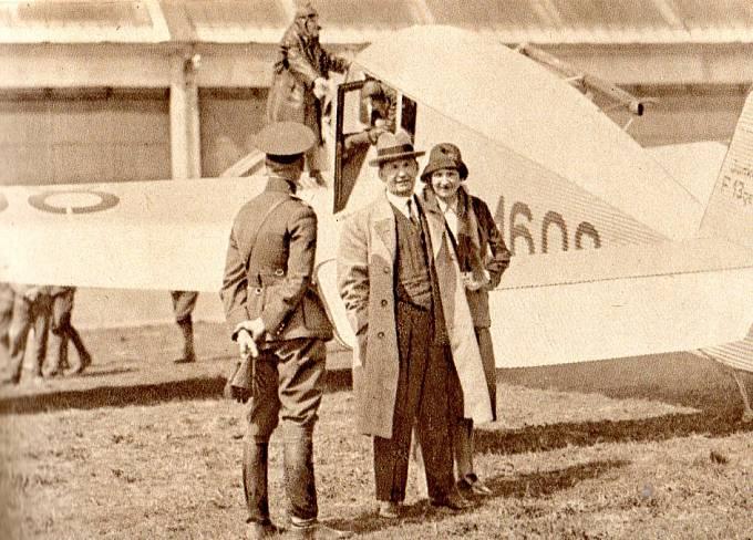 T. Baťa s chotí u letadla Junkers, pilot Brouček na křídle (1932).