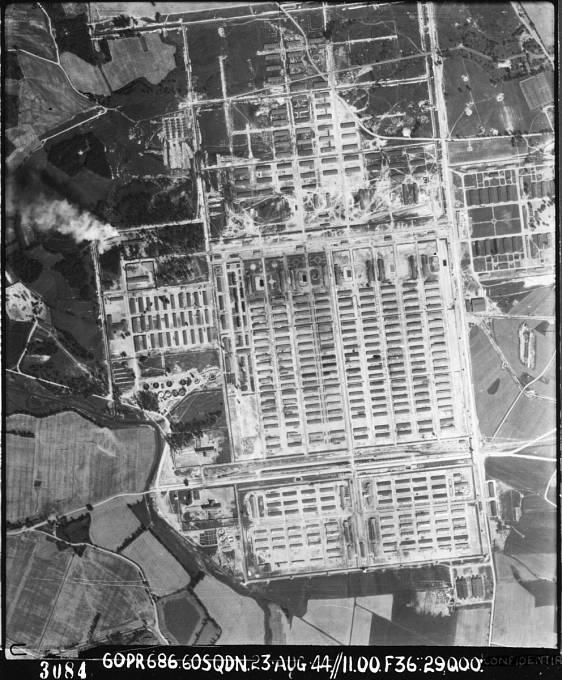 Fotografie tábora Auschwitz v roce 1944, pořízená RAF
