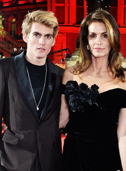Syn Presley snáší slávu mnohem hůř než jeho sestra.