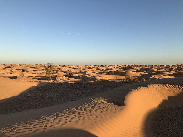 VÝCHOD slunce na Sahaře je kouzelný.