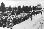 Vězeňkyně při návratu z nucených prací, koncentrační tábor Ravensbrück.