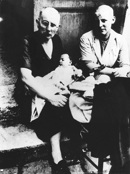 Ženám podezřelým ze styků s Němci byly ostříhány vlasy.