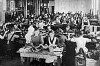 V továrnách pracovaly i odrostlejší děti.