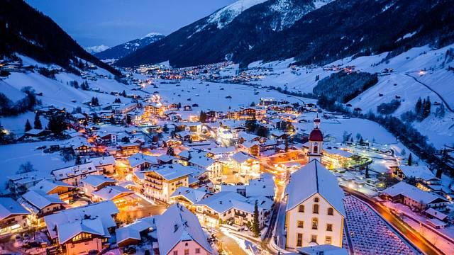 Rakouské město Neustift. Letecký pohled na centrum města a kostel. Tyrolsko, údolí Stubai