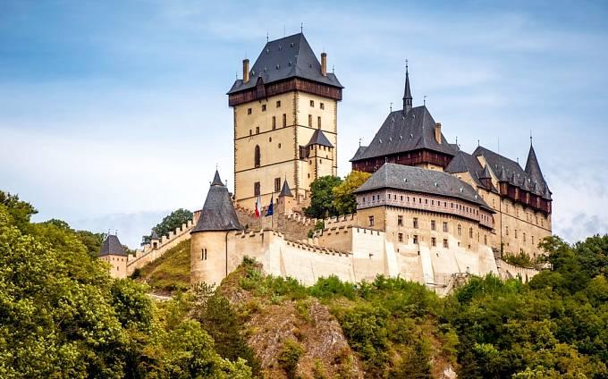 Zdi hradu Karlštejna pamatují krvavou smrt české královny.