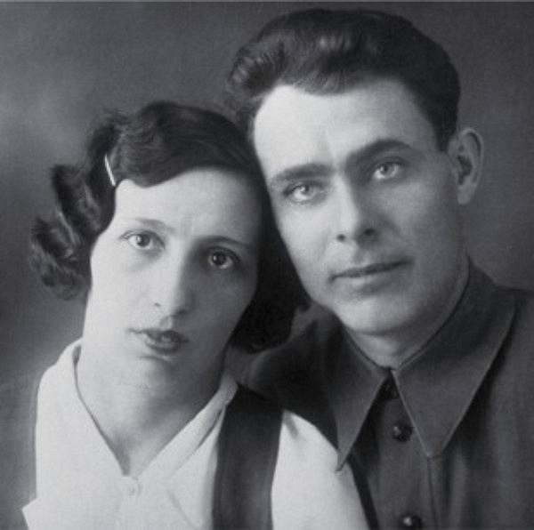 Brežněv na archivním snímku se svou manželkou Viktorií