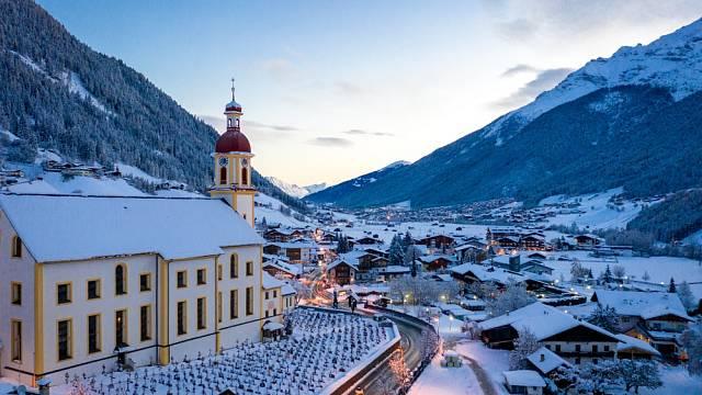 Kostel sv. Jiří v Neustiftu, který je druhým největším venkovským kostelem v Tyrolsku