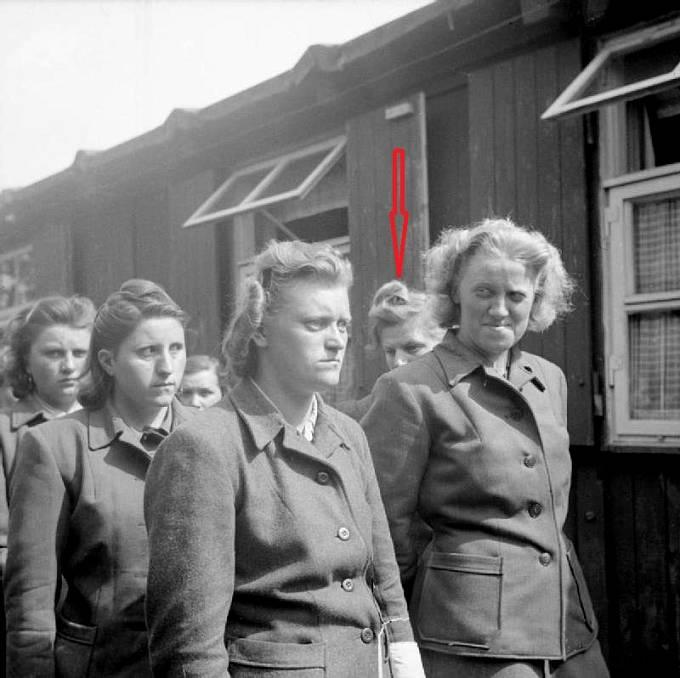 Nacistické dozorkyně z koncentračního tábora Bergen Belsenu. 19. srpen 1945. Elisabeth Volkenrath označena šipkou ve druhé řadě..