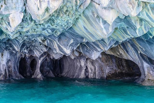 Jeskyně, jak už název napovídá, je celá z mramoru a vznikala, jak voda vnikala obrovskými bloky skály